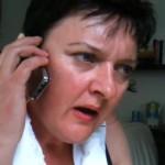 Loes belt met haar kleinkind – Doe maar telefoon maar aan mama geven